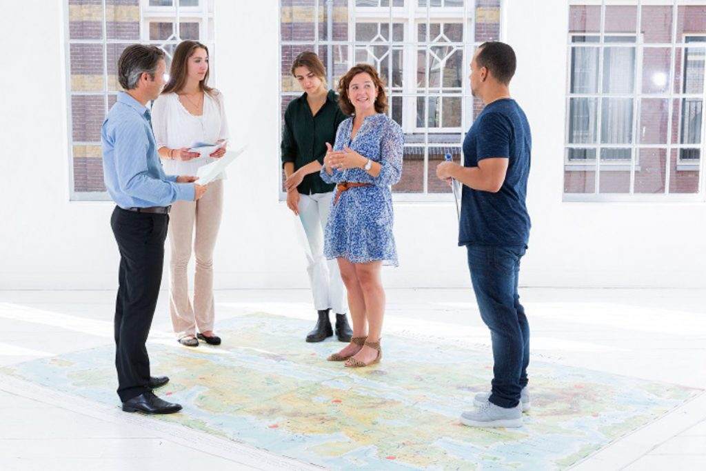 Mitarbeiter stehen auf der MapsTell-Bodenmatte